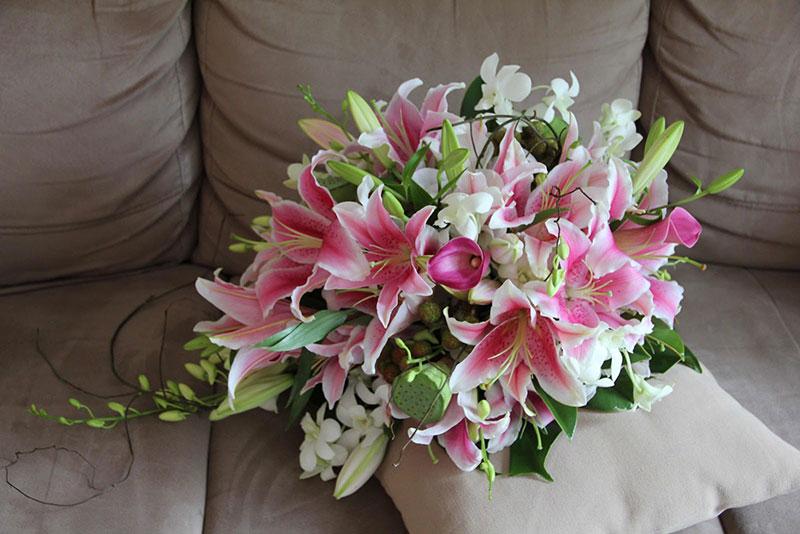С какими цветами сочетаются в букете лилии