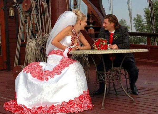 Самое красивое предназначалось для пира, для венчания же выбирался скромный и максимально закрытый сарафан или рубашка с