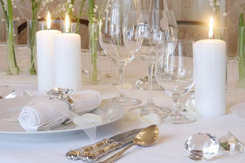 Украшение стола цветами и свечами - дизайн интерьера 33