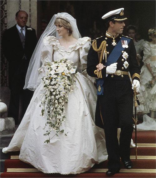 его на собственную свадьбу надела королева Виктория. До этого белый считался знаком траура, а красный считался цветом нарядов девушек легкого поведения