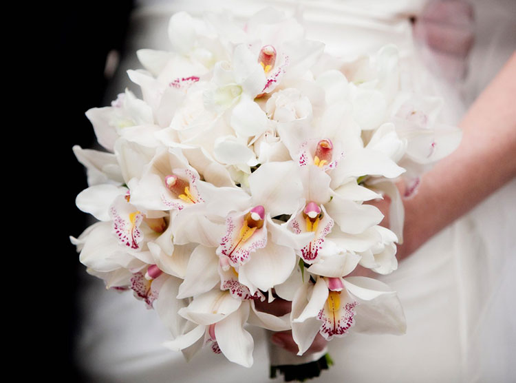 dlya-buket-nevesti-orhidei-sinie-elkoy-rozami