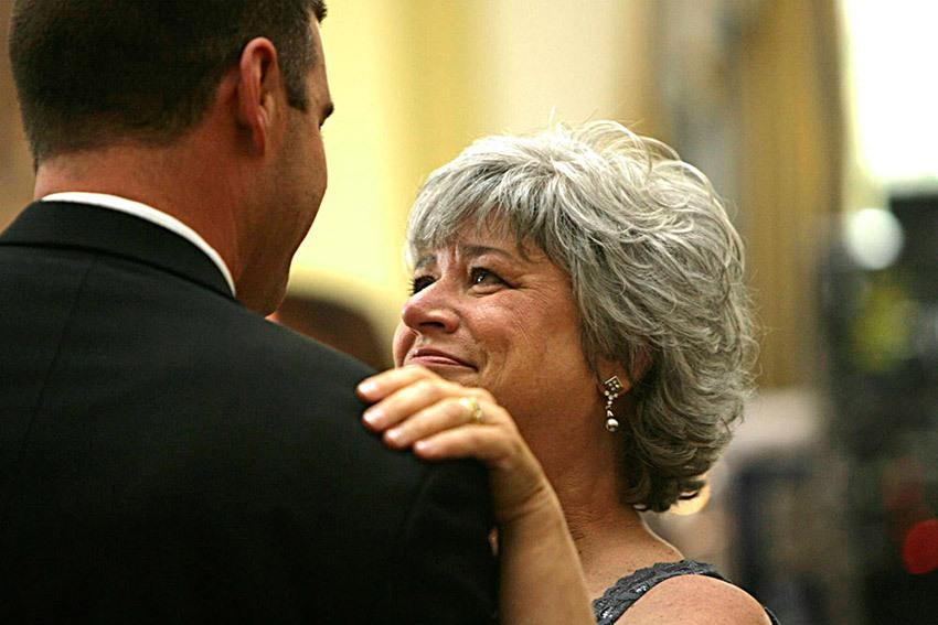 Сын залазит на маму
