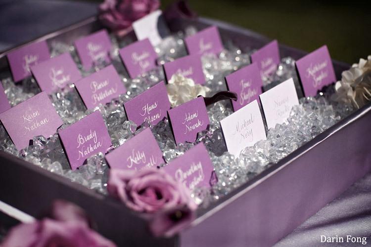 Карточки для гостей на свадьбе в аметистовом цвете