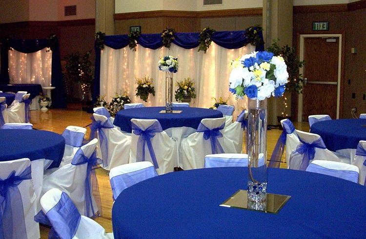 Пример оформление зала для свадьбы в глубоком синем цвете