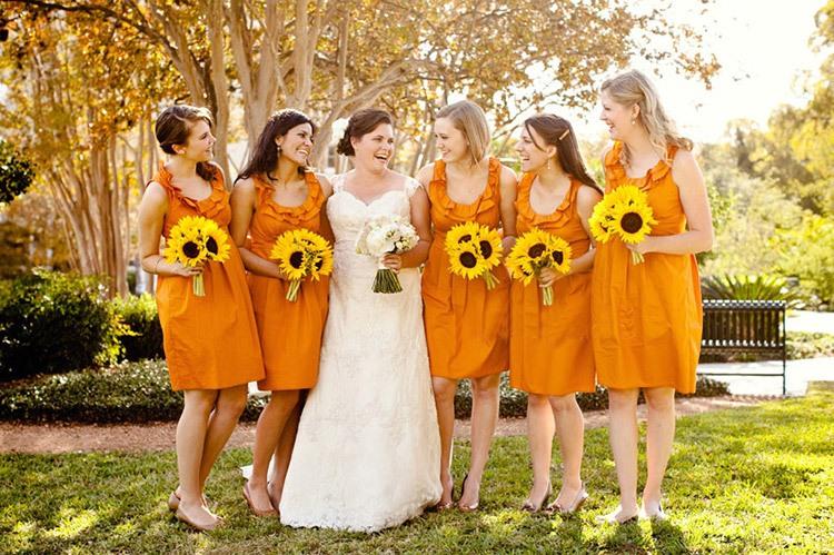Подружки невесты на свадьбе в оранжевом цвете