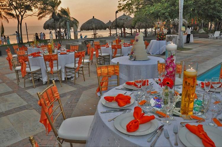 Пляжная свадьба в оранжевом цвете