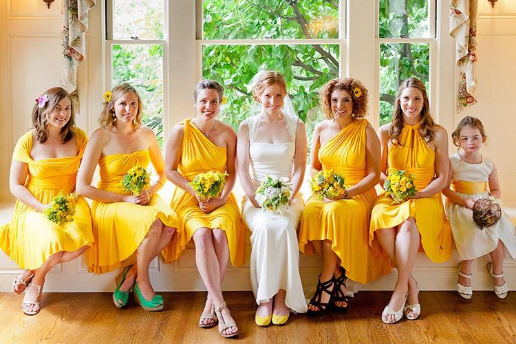 Подружки невесты на свадьбе в желто-горчичном цвете