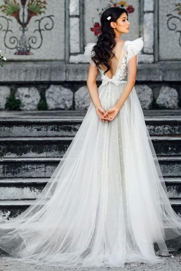 7e2cd9d530c Невеста в свадебном платье со шлейфом выглядит по-королевски роскошно