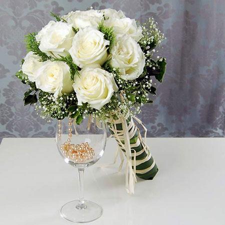 Чаще всего флористы для белых свадебных букетов выбирают такие цветы как орхидеи, розы, лилии, каллы, гвоздики, тюльпаны. Очень интересно и нежно будут