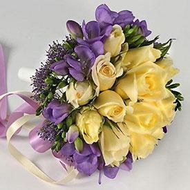 Роз белых ромашек с желтыми розами