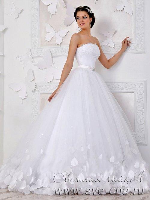 Описание Оригинальное пышной и невероятно красивое свадебное платье со шлейфом. Легкий и воздушный подол платья, состоящий из многослойного фатина