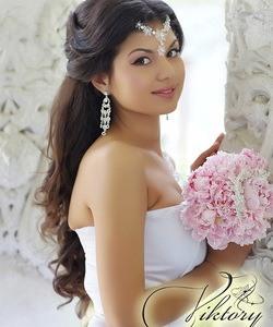 Свадебная прическа на длинные волосы с диадемой