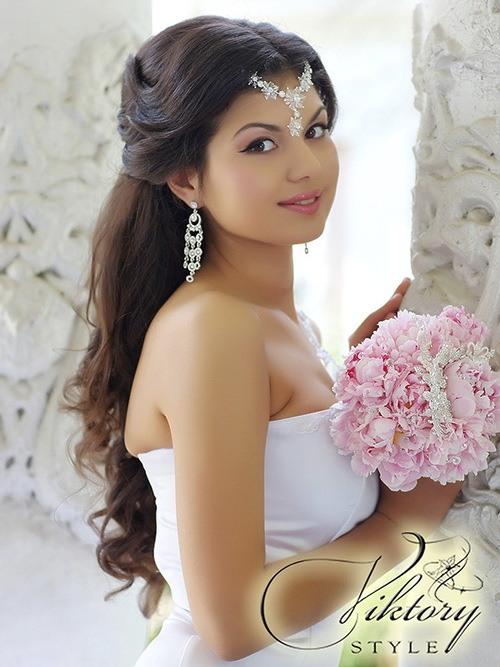 Свадебная прическа на длинные волосы от компании Viktory Style